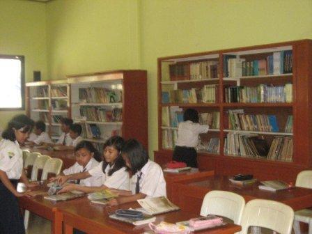 Suasana belajar di perpustakaan SMPN 2 Surabaya